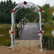 Esküvői kapu organzával, tartós lufivirágokkal